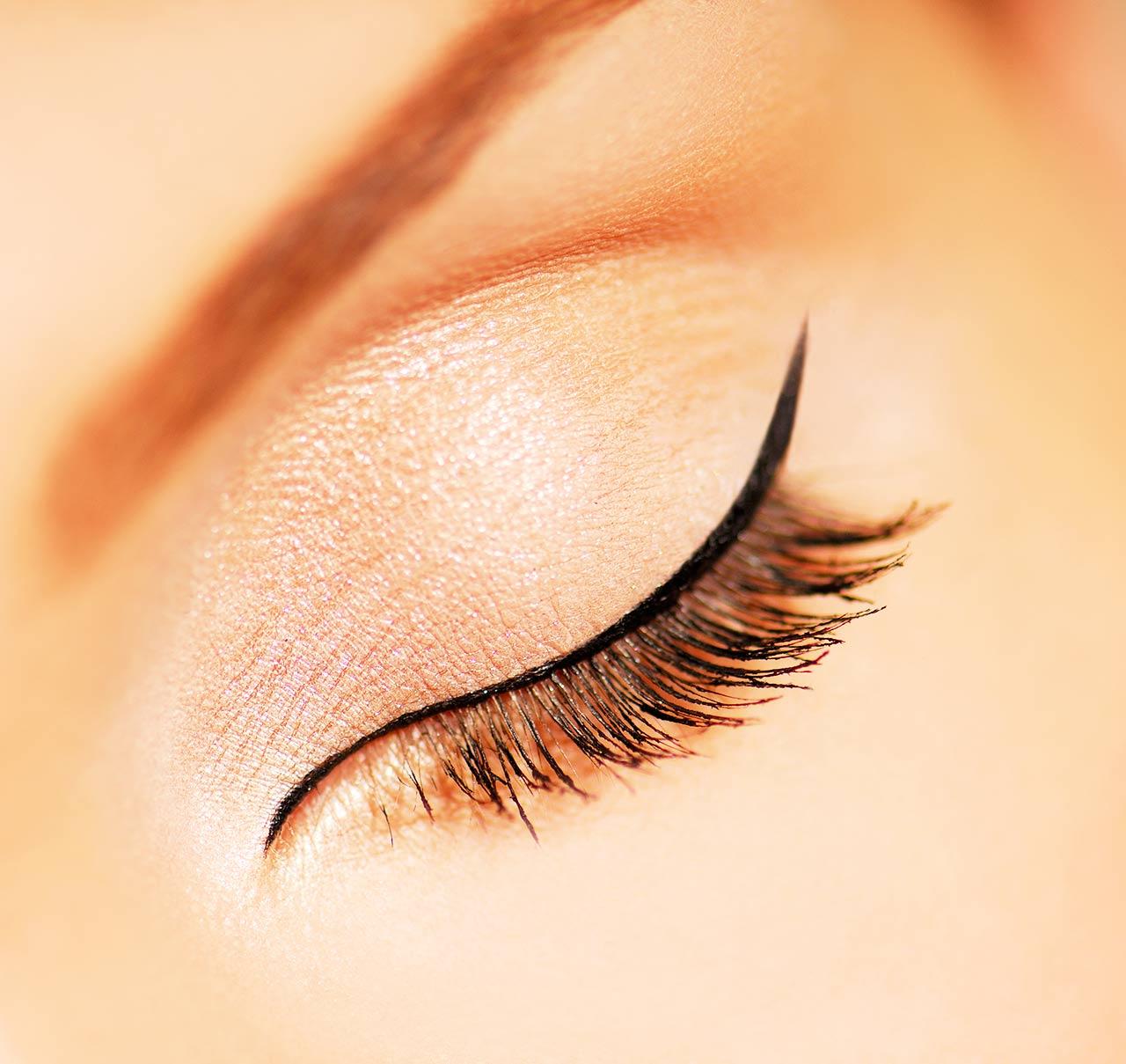 lidstrich ziehen eyeliner auftragen