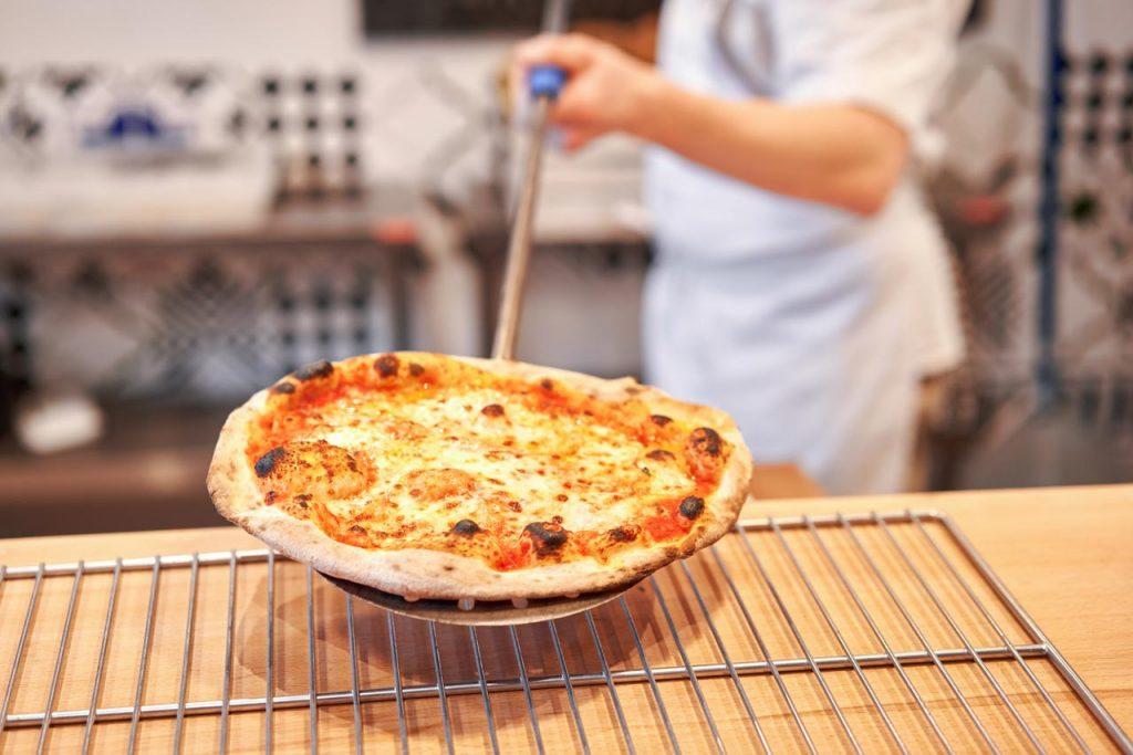 pizza ofen backen servieren