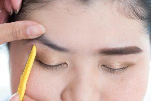 Augenbrauen rasieren