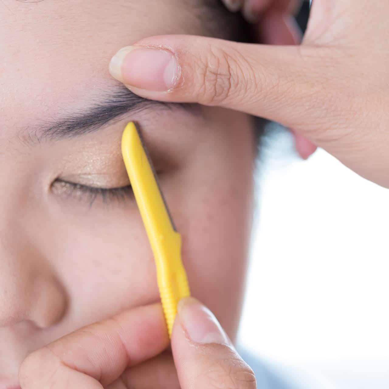 Augenbrauen rasieren untere Kante